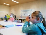 Niños con mascarilla en el colegio