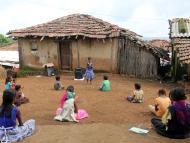 Unos niños reciben clase de un altavoz en Dandwal (India).