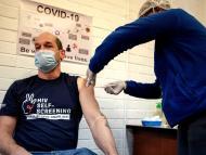 El profesor Francois Venter recibe una vacuna experimental contra el coronavirus en el Hospital Chris Hani Baragwanath de Soweto, Sudáfrica