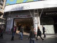Una tienda de Lefties al lado de una tienda de Mango en una calle de Madrid