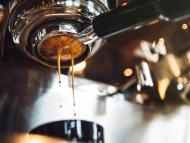 Una cafetera expulsa café