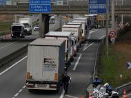 Colas de camiones procedentes de Reino Unido en el paso fronterizo de Calais (Francia)