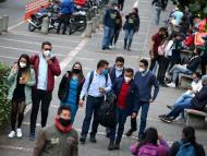 Grupos de jóvenes pasean durante la pandemia