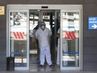 Un hombre en la puerta de urgencias de un hospital