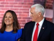 Mike Pence posa junto a su esposa, Karen Pence.