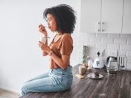 Una mujer piensa mientras come.