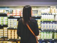 mujer en supermercado comprando mantequilla