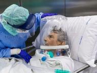 Una enfermera atiende a un paciente de COVID-19 que lleva un casco CPAP mientras es trasladado de la Unidad de Cuidados Intensivos (UCI) del Hospital Papa Juan XXIII el 7 de abril de 2020 en Bérgamo, Italia.