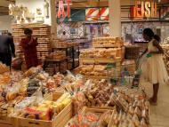 personas en el supermercado comprando pan