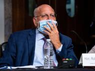Robert R. Redfield, Director de los Centros para el Control y la Prevención de Enfermedades, sostiene su mascarilla mientras habla durante una audiencia en Washington.