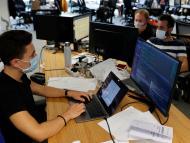 Trabajadores en una oficina durante la pandemia