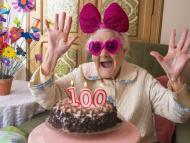100 cumpleaños de una mujer mayor.