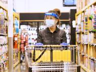 Comprar en el supermercado en medio de la pandemia de coronavirus.