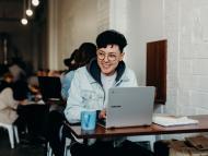 freelance, mujer trabajando, feliz