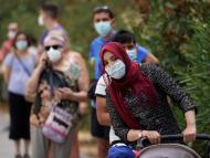 Gente haciendo cola en tiempos de coronavirus.