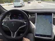 Interior de un coche de Tesla con Autopilot