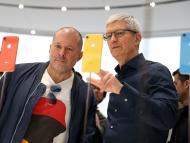Jony Ive, exjefe de Diseño de Apple, junto con el CEO de la tecnológica, Tim Cook.