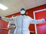 Un médico se viste en el hospital durante la pandemia del coronavirus