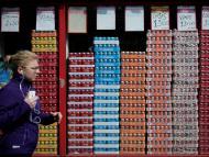 Una mujer pasa por delante de una tienda de refrescos en París