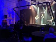 Músicos dan concierto mediante un holograma
