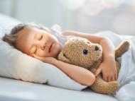 Una niña durmiendo.