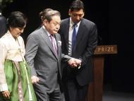 El presidente de Samsung Electronics, Lee, y su esposa Hong se van después de la ceremonia de entrega del premio Ho-am en Seúl.