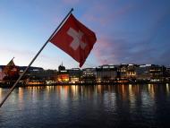Vistas de Ginebra junto a la bandera de Suiza