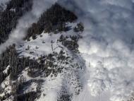Una avalancha de nieve cae sobre una montaña en los Alpes suizos