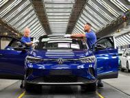 Dos operarios de Volkswagen con el modelo eléctrico ID4 en Zwickau, Alemania.