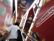 Un hombre subiendo por unas escaleras mecanicas decoradas con motivos de Nintendo