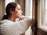 Una joven mira por la ventana