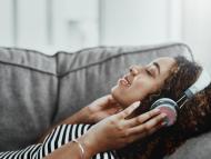 Mujer escuchando música.