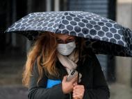 Mujer se protege de la lluvia durante la tormenta