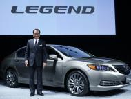 El presidente de Honda, Takanobu Ito, con el Honda Legend.