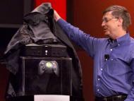 Bill Gates presentando la primera Xbox, en 2001.