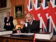 Boris Johnson firma el acuerdo comercial con la UE.