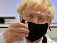 Boris Johnson, primer ministro de Reino Unido, durante una visita a una de las fábricas que producen el candidato vacunal de AstraZeneca y la Universidad de Oxford.