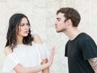 Una chica aparta a un chico que trataba de darle un beso.