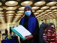 Chica con PCR en el aeropuerto.