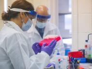 Científicos con muestras de coronavirus