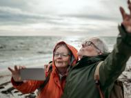 Dos mujeres disfrutando de su jubilaciónn