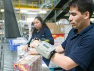 Dos trabajadores en el centro logístico de Valdemoro (Madrid)