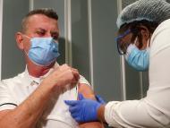 Un enfermero recibe una de las primeras vacunas de Pfizer en Estados Unidos