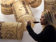 Una mujer bebe de su copa de vino