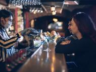 Mujer poniendo copas en un pub