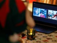 Papá Noel habla con niños de Budapest a través de una videollamada en plena pandemia.