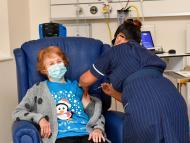 Primera mujer vacunada del coronavirus en Reino Unido
