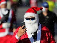 Santa Claus usando un móvil