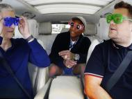 Tim Cook, CEO de Apple, a la izquierda, durante un programa de comedia en un coche con James Corden y Pharrell Williams, en 2016