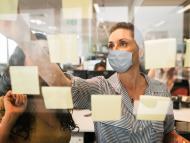 Trabajadores en una oficina con mascarilla por el coronavirus